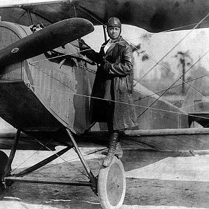 800px Bessie Coleman and her plane (1922)