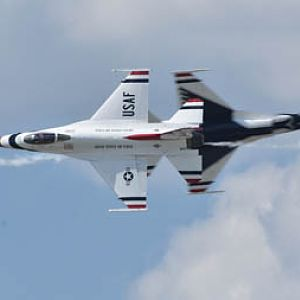 USAF Thunderbirds - knife-edge pass